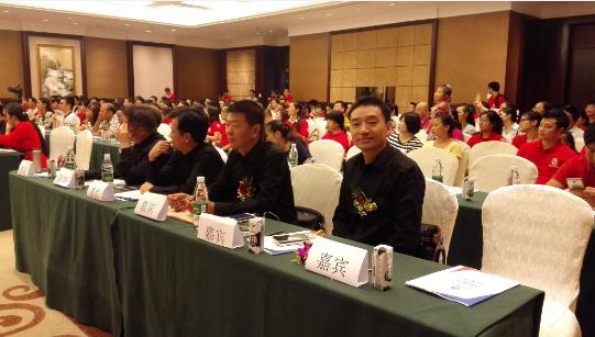 黄金城平台注册激光副董事长王小feng参加会yi(右一)